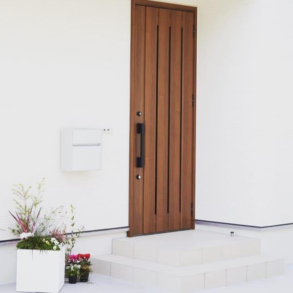 タイル貼りのおしゃれな玄関ポーチ8