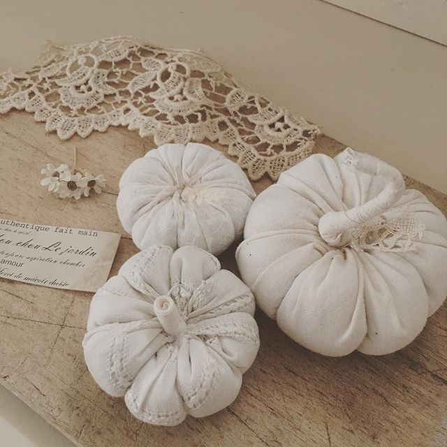 レース生地で作られた白いかぼちゃのインテリア