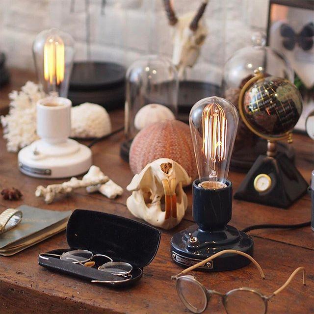 電球型のテーブルランプ