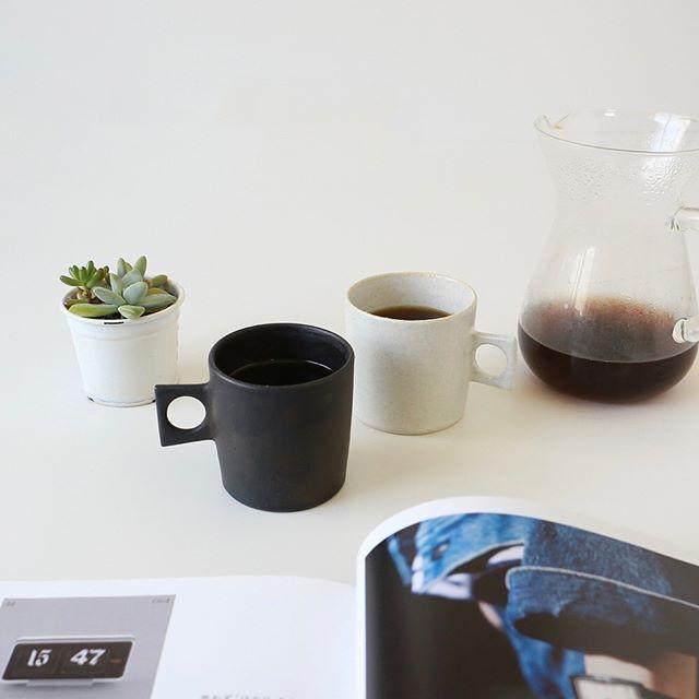シンプルなモノトーンのマグカップ