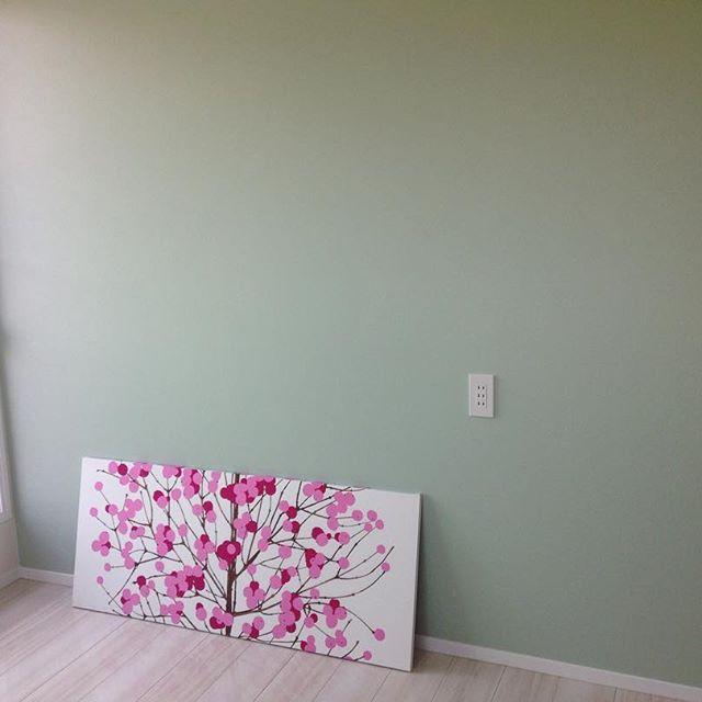 壁に花が咲く