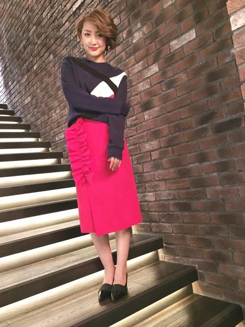 ピンクのミモレ丈スカートを取り入れた大人コーデ2