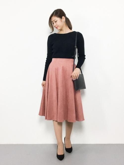 ピンクのフレアスカートを取り入れた大人コーデ6
