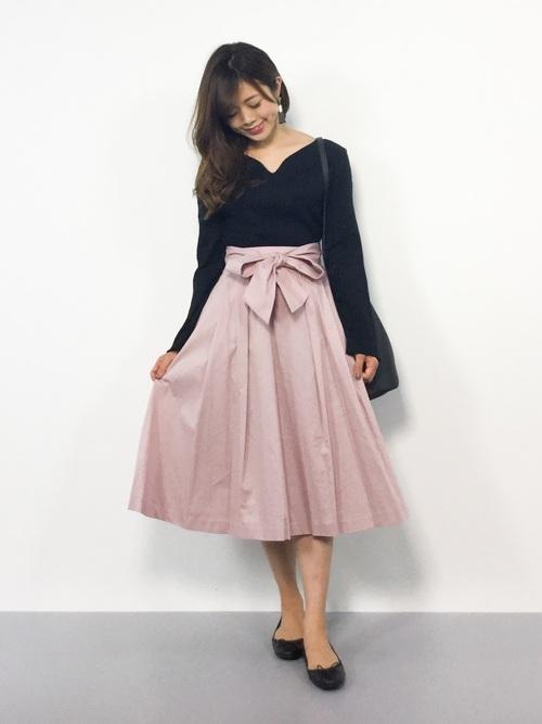 ピンクのフレアスカートを取り入れた大人コーデ7