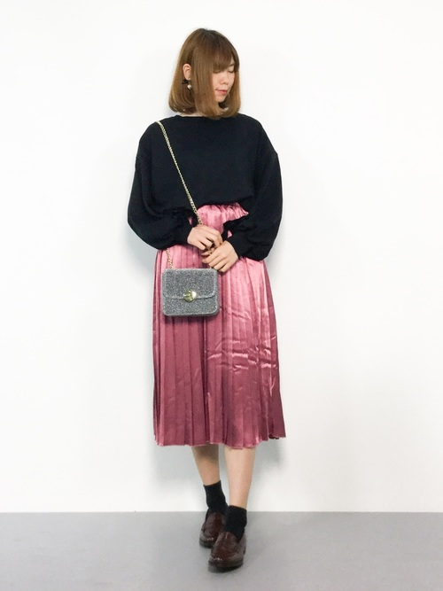 ピンクのミモレ丈スカートを取り入れた大人コーデ4
