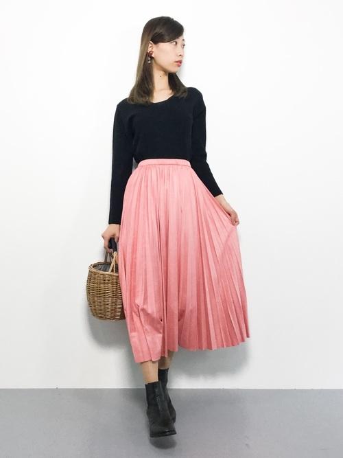 ピンクのプリーツスカートを取り入れた大人コーデ