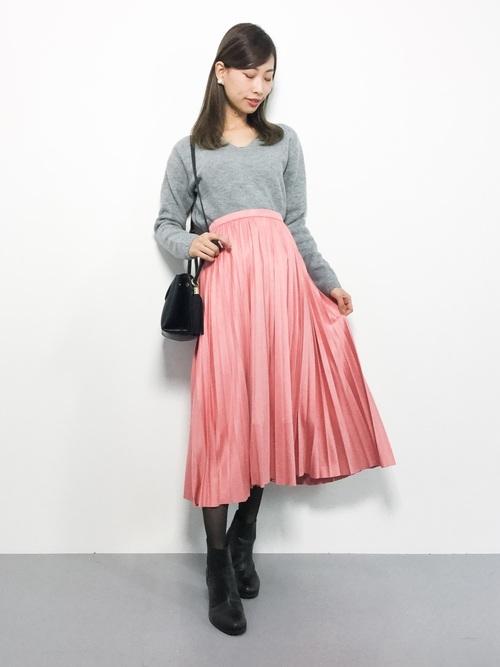 ピンクのプリーツスカートを取り入れた大人コーデ4