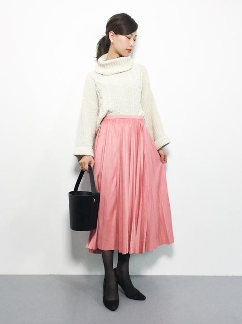 ピンクのプリーツスカートを取り入れた大人コーデ6