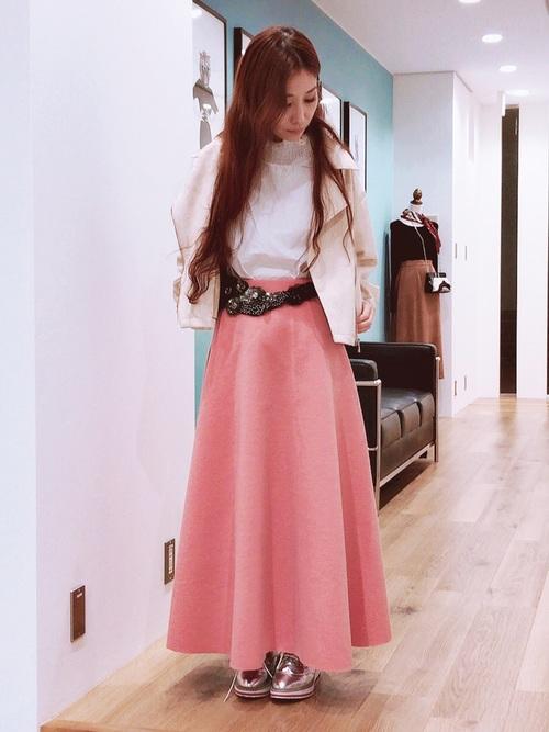 ピンクのフレアスカートを取り入れた大人コーデ2