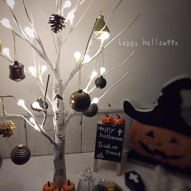 ハロウィンオーナメントを飾ったホワイトの枯れ枝
