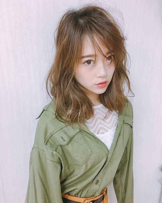 揺れ髪が可愛いミディアムスタイル