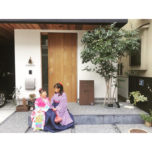 家の前で家族で撮る