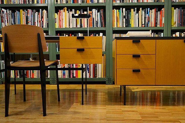 机の前に本棚を置く1