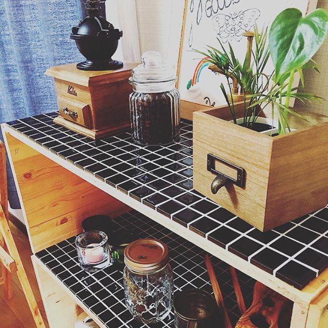 木製棚もブラックタイルでイメージチェンジ