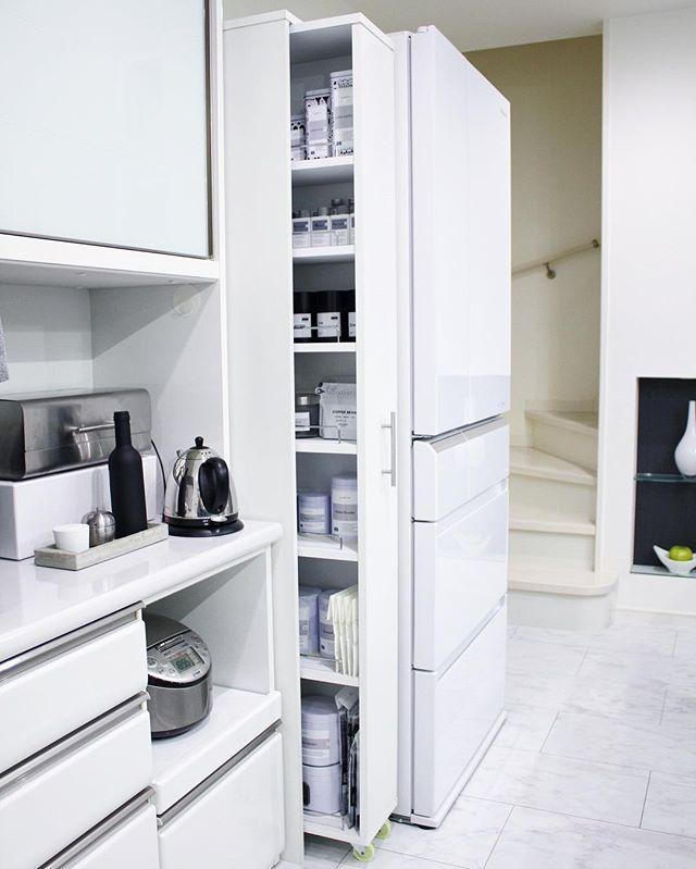 冷蔵庫とキッチンの間にある小さな隙間