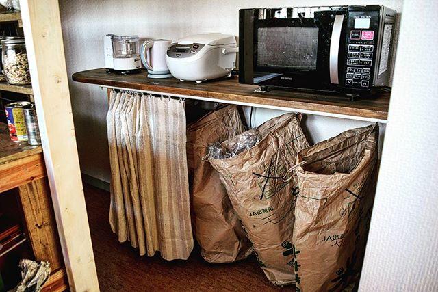 米袋を棚に吊り下げ、ゴミ箱に