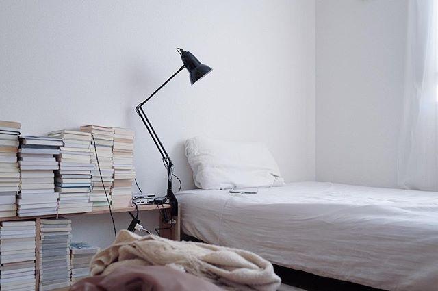 ベッドは頭を壁に付けて設置する