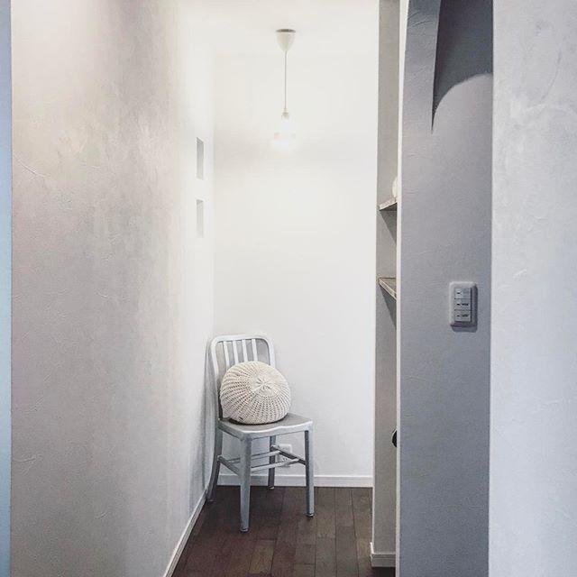 廊下の角にお洒落な椅子とクッション
