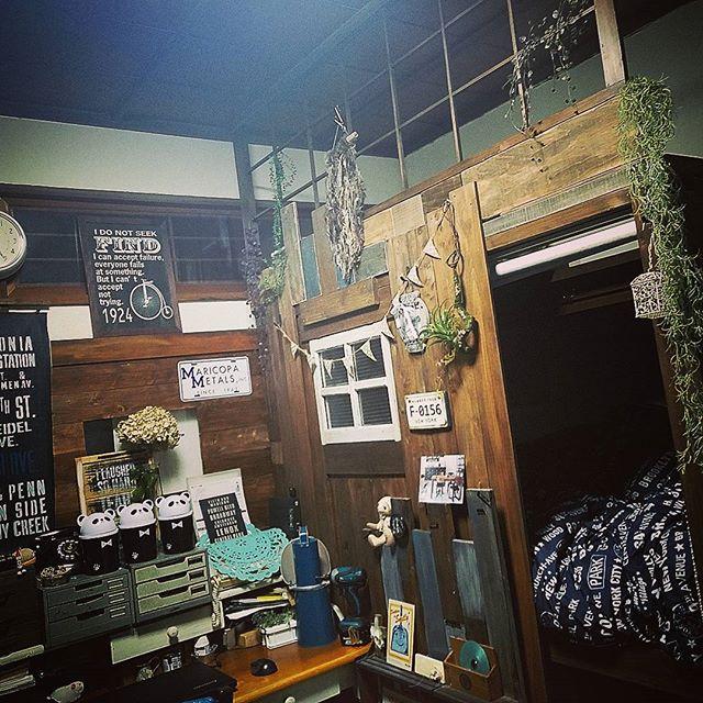 DIYで作られた天井まであるベッドスペース