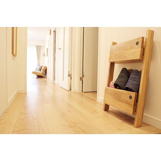 ナチュラルな木製デザインの小さく低いラック