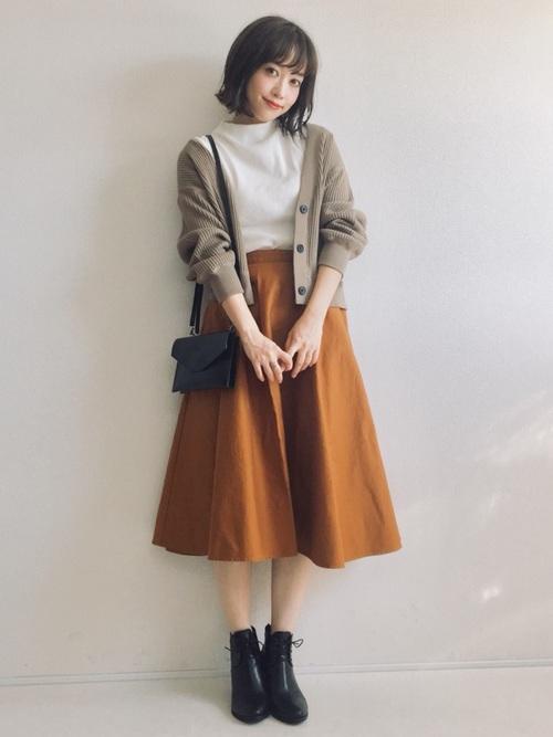 白トップス×秋色スカート
