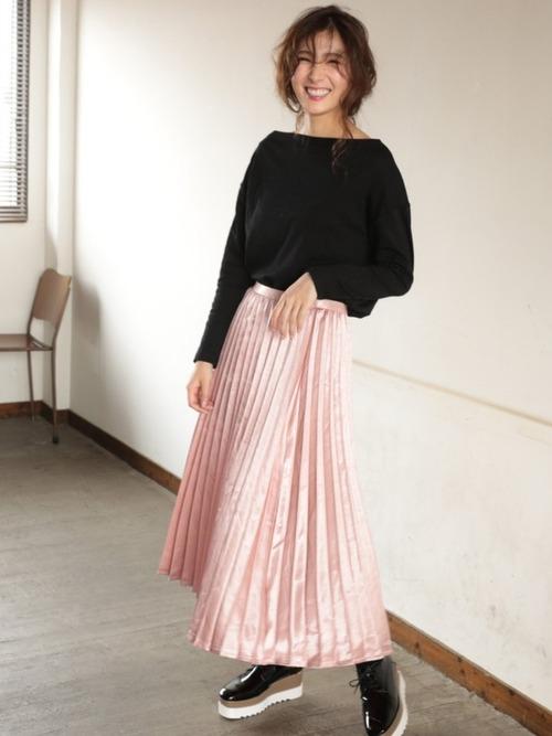 ピンクのプリーツスカートを取り入れた大人コーデ5