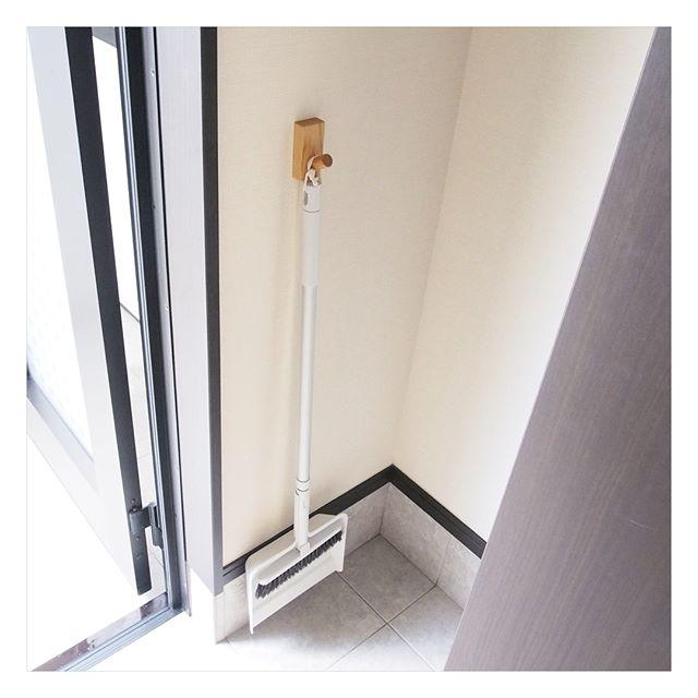 よく使う傘や掃除道具は玄関に出しておきたい!使いやすさと見た目、両方叶える隙間収納例