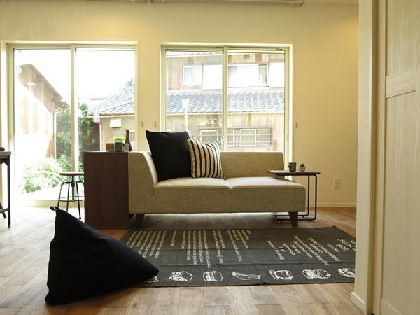 スタイリッシュなソファですっきりとしたお部屋に3