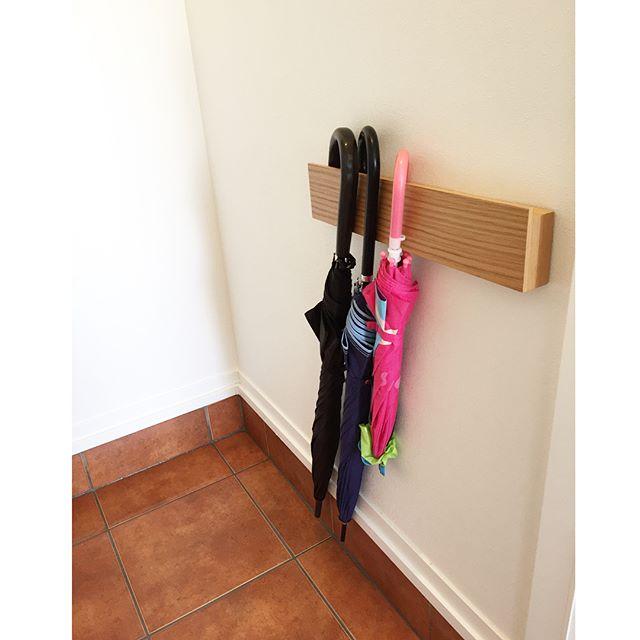 よく使う傘や掃除道具は玄関に出しておきたい!使いやすさと見た目、両方叶える隙間収納例2