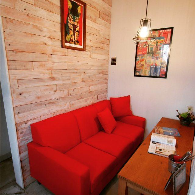 レッドソファでインパクトのある空間