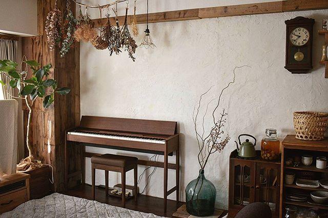ノスタルジックなお部屋には茶色いピアノを