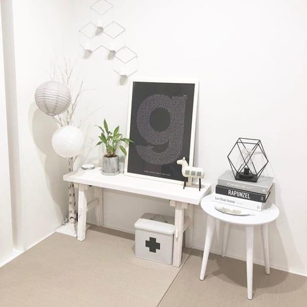 シンプルな丸いサイドテーブルをディスプレイに