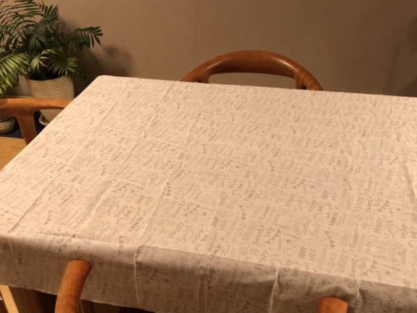 グレーのテーブルクロス