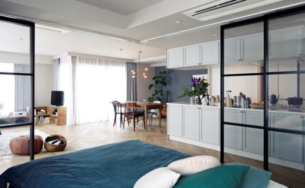 ヘリンボーン張りのワンルームと格子戸の寝室2