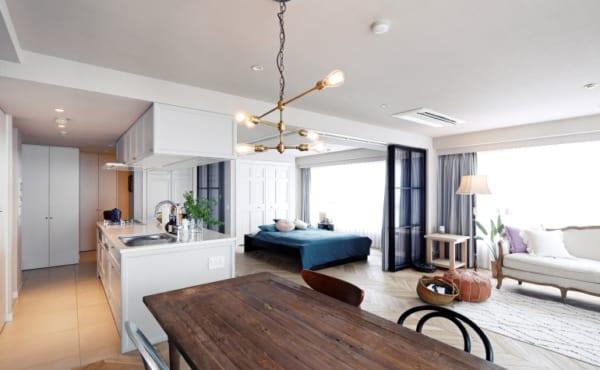 ヘリンボーン張りのワンルームと格子戸の寝室5