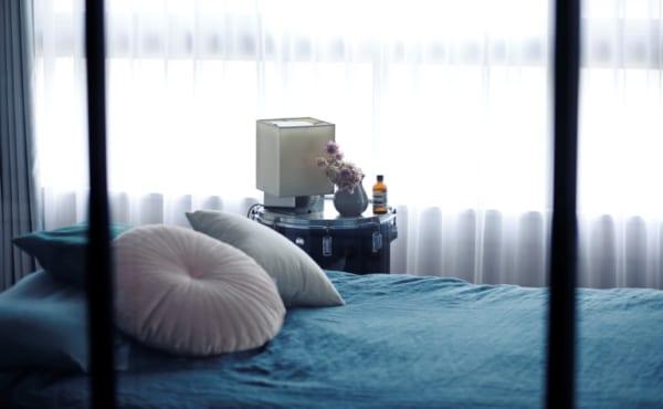 ヘリンボーン張りのワンルームと格子戸の寝室3