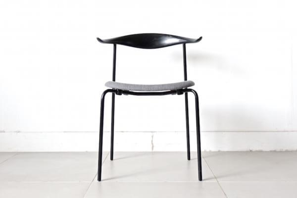 木とスチールを組み合わせた椅子