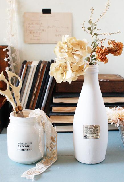 白が美しいシンプルな花瓶