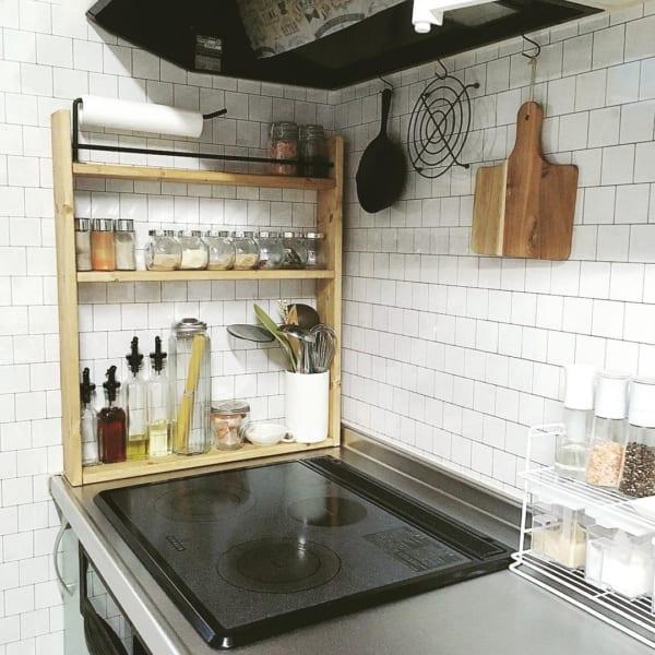 キッチンの壁に白タイル柄