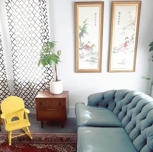 グレーのソファやボルドーカラーの絨毯で落ち着きのあるお部屋