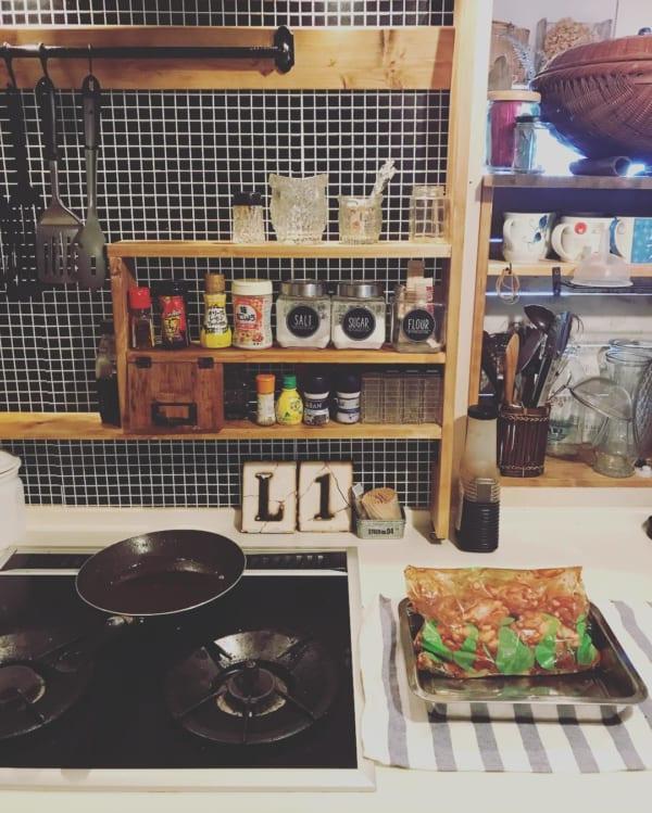キッチンの壁にブラックタイル柄
