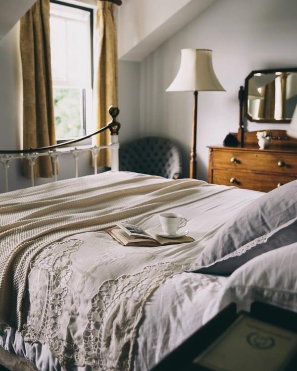 アンティーク風で温もり感じる寝室に