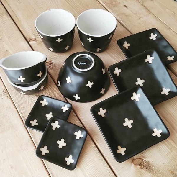 マットなブラックに可愛いクロス柄の和食器シリーズ