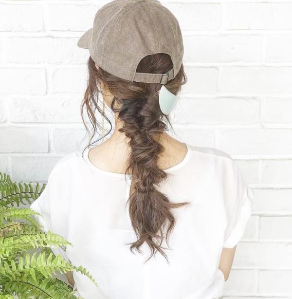 帽子をかぶるときのロングヘアアレンジ2