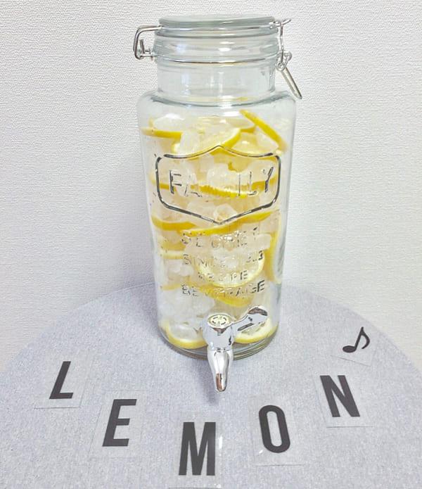 ドリンクサーバーにレモンをたっぷり入れて