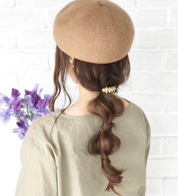 帽子をかぶるときのロングヘアアレンジ4