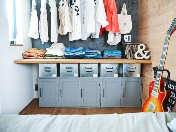 寝室のオープンクローゼットに