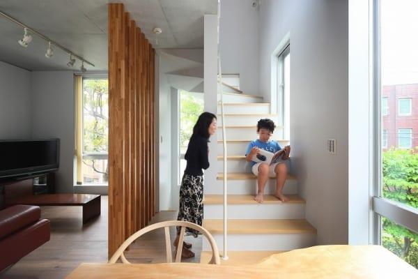 シンボルのイチョウの木が見えるベンチのような居場所の階段