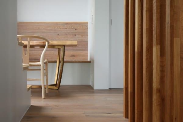 シンボルのイチョウの木が見えるベンチのような居場所の階段2
