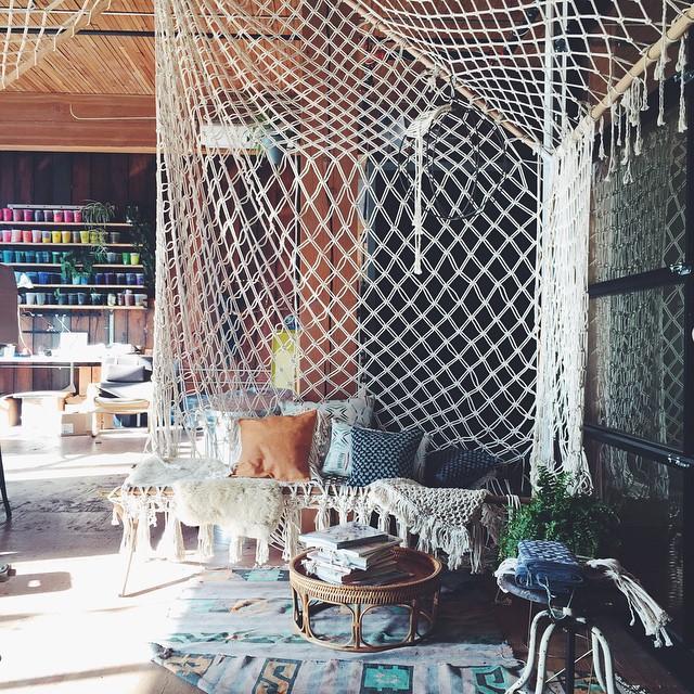マクラメ編みに囲まれたお部屋
